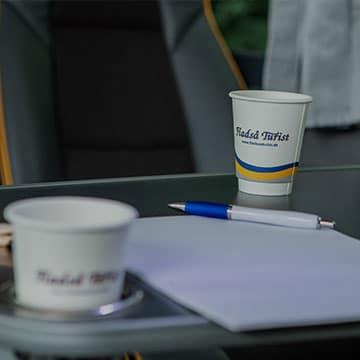 bustransport bord med kopper på