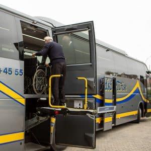 bustransport med handicap lift i bussen